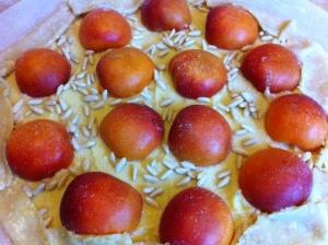 crème d'amandes, abricots, pignons de pin