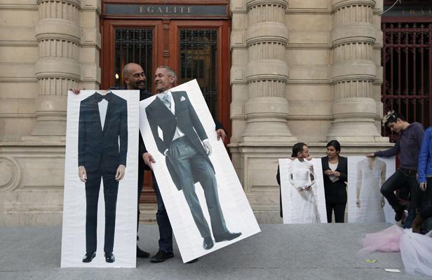 Des militants pro-mariage pour tous devant la mairie du 4e arrondissement de Paris, le 23 avril 2013. Francois Mori/AP/SIPA