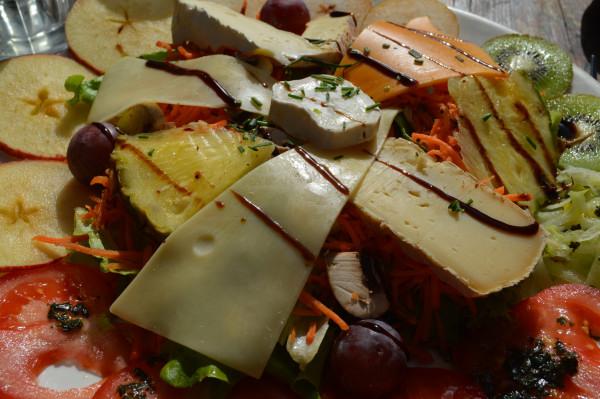 Salade végétarienne (légumes & fruits de saison, fromages)