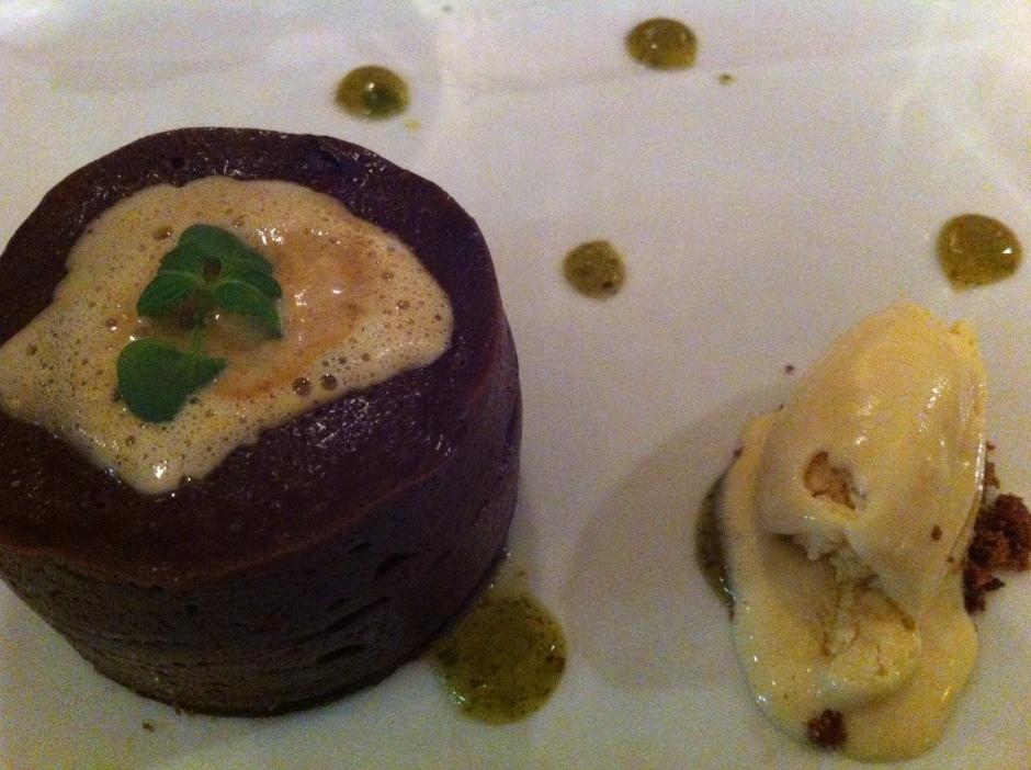 gâteau au chocolat sans cuisson, cœur kiwi-menthe poivré, fin sablé au chocolat avec une glace caramel