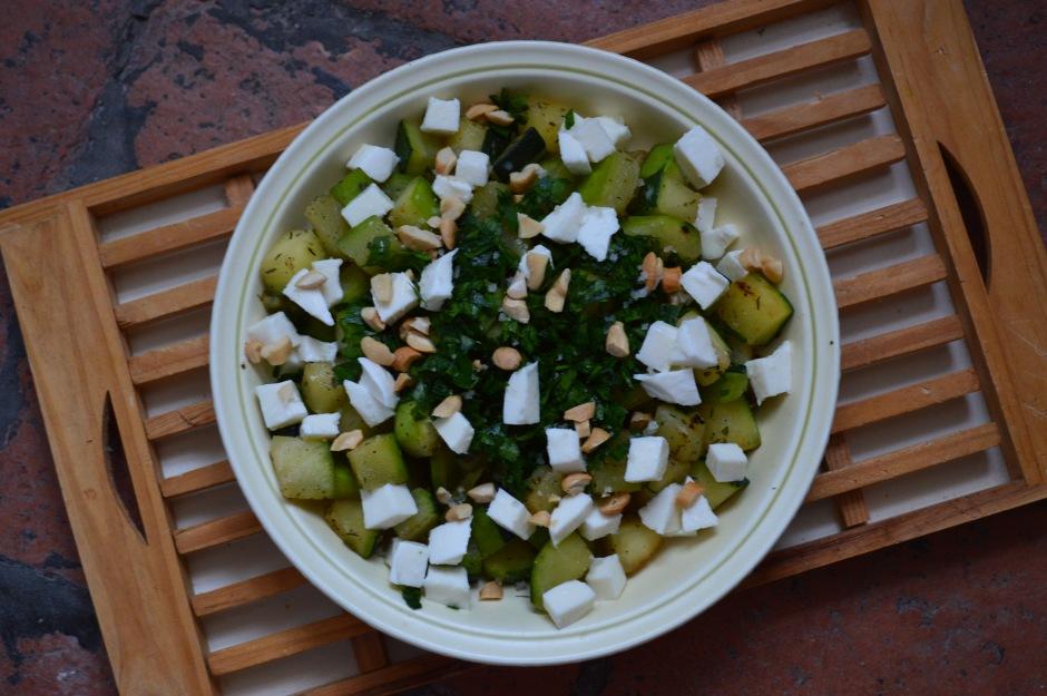 Salade de courgettes croquantes, mozzarella, persil plat & noix de cajou